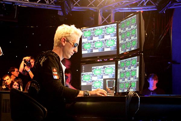 рабочее место профессионального покериста